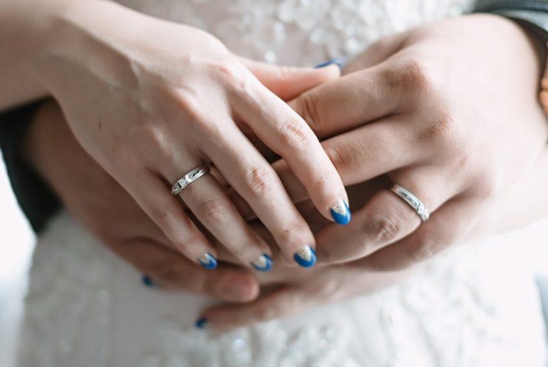 Blauwe bruiloft manicure met een driehoekig gouden gat