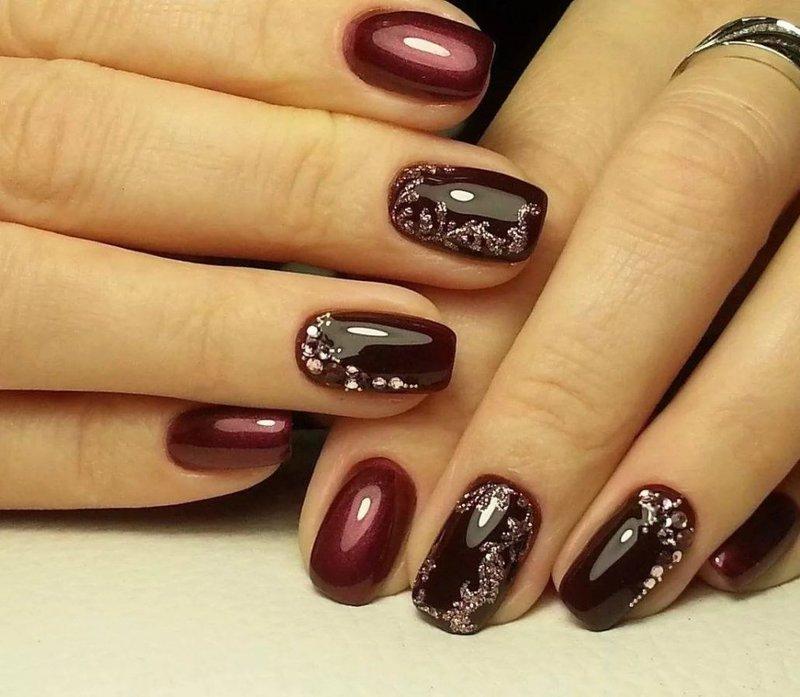 Glanzende steentjes op de nagels