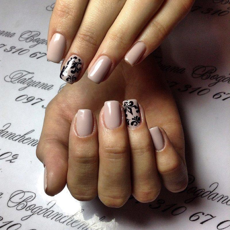 Lichtroze nagels met een zwart patroon