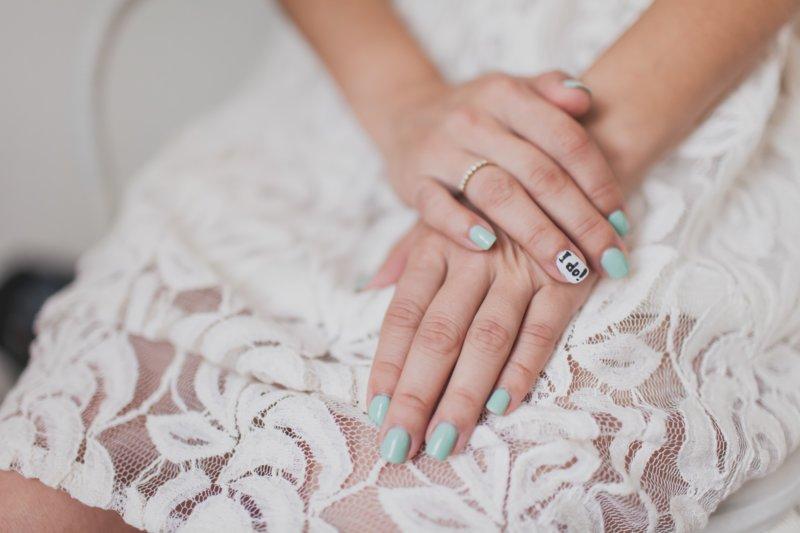 Turquoise manicure met het opschrift