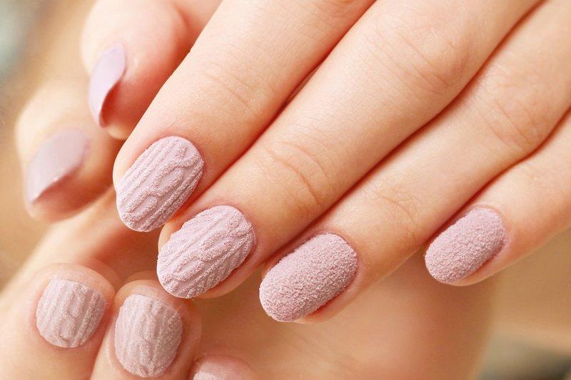 Mat bleekroze manicure met poeder en volumetrisch patroon