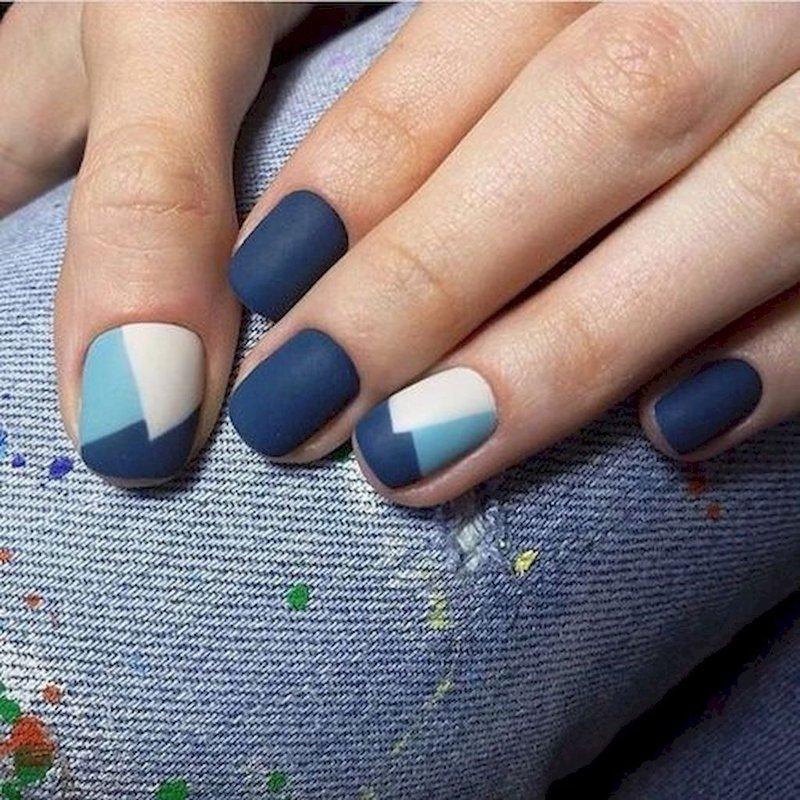 Geometrische patronen op de nagels.