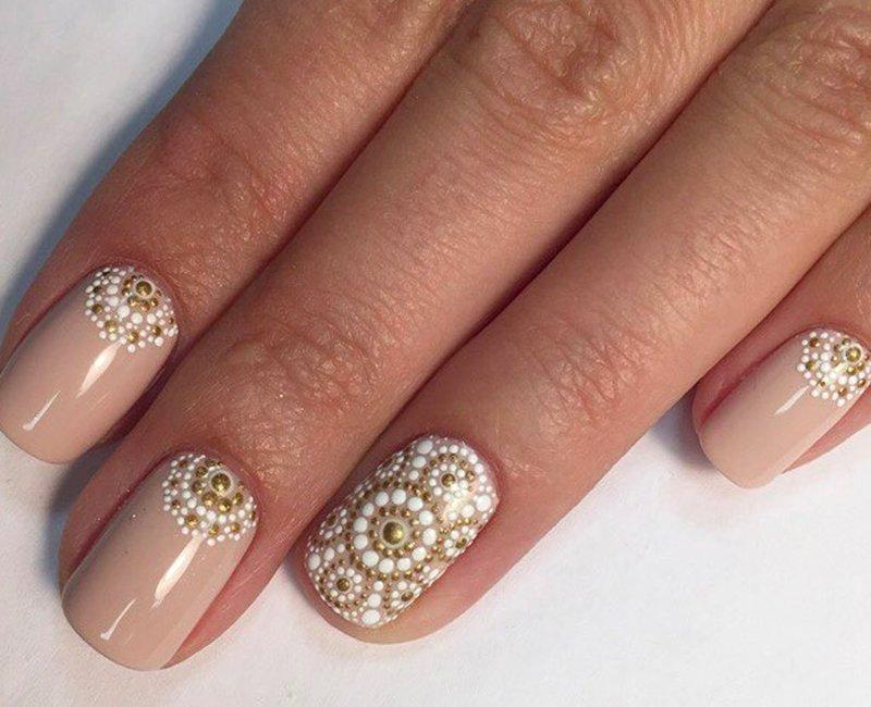 Nuogas manikiūras su aukso balto taško modeliu