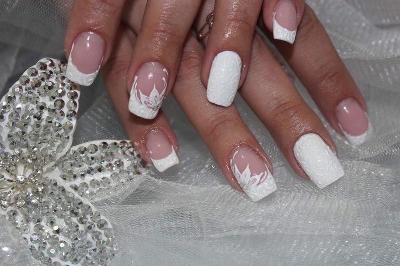 Bruiloftmanicure met een convex vintage patroon en een bloem