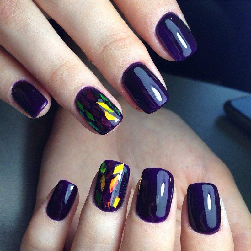 Gebroken glas op een paarse basis