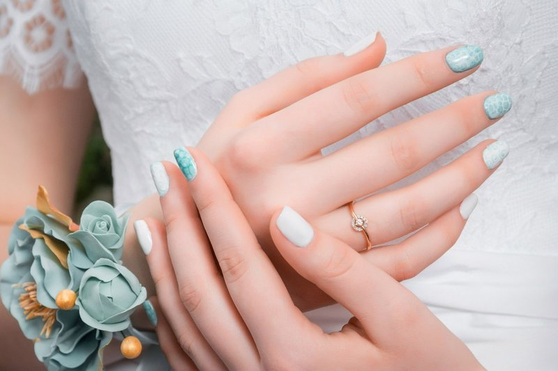 Blauw trouwontwerp met witte vlekken