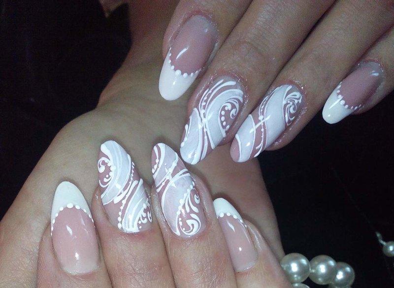 Manicure naakt met een witte jas en bloemmotieven.