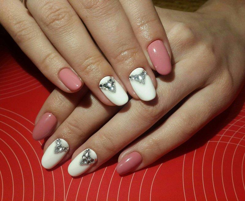 Wit-roze manicure met strass decoratie