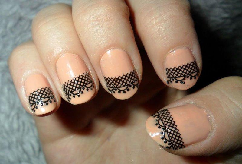 Naakte manicure met zwart kant