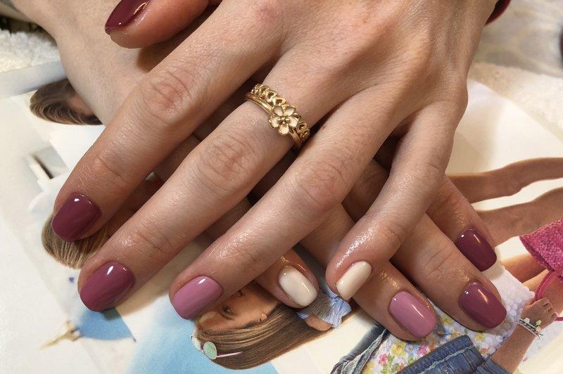 Kleurrijke manicure in naakttinten