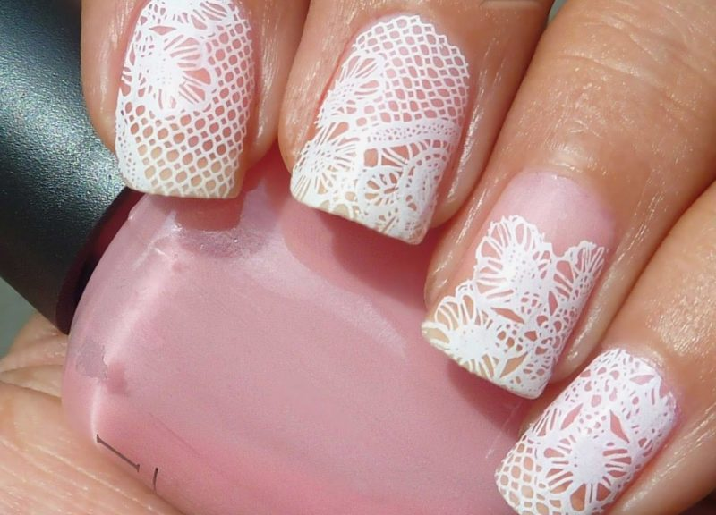 Lace bruiloft manicure op een roze vernis