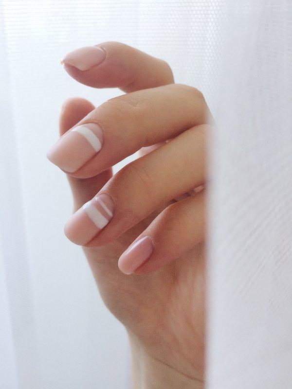 Minimalistische manicure met een ongewoon jasje