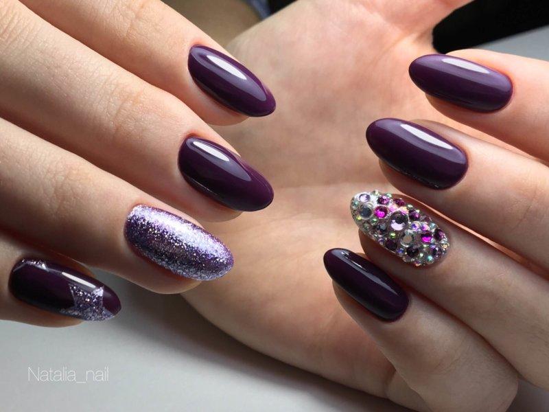 Donkerpaarse manicure en kamifuduki