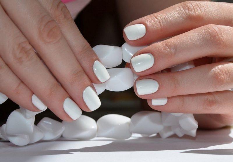 Klasikinis baltas manikiūras trumpiems nagams