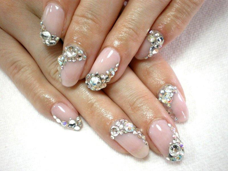 Vleeskleurige manicure met strass steentjes