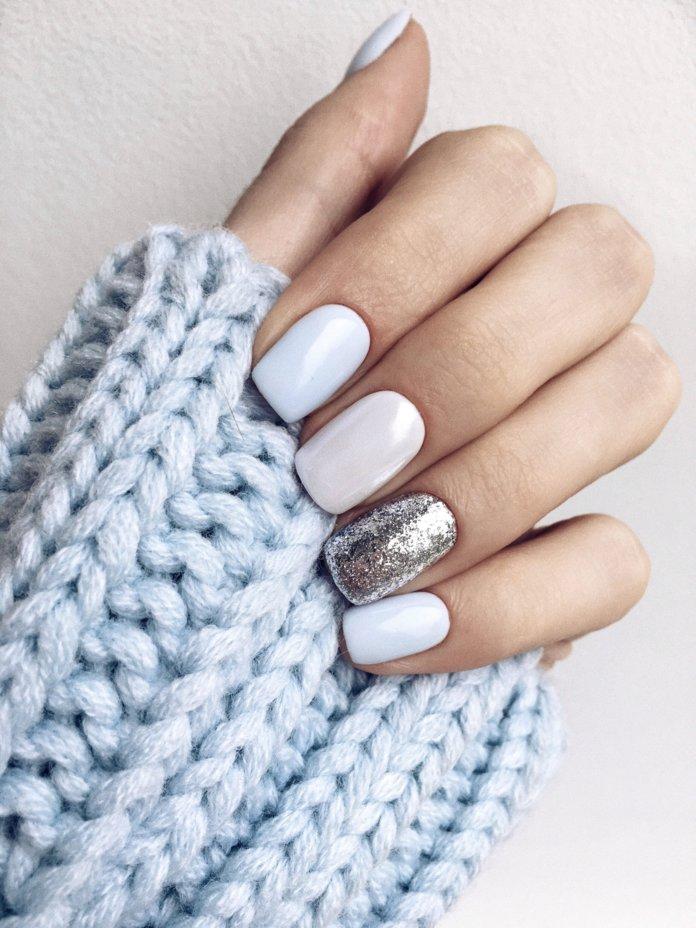 Witte manicure met glitters