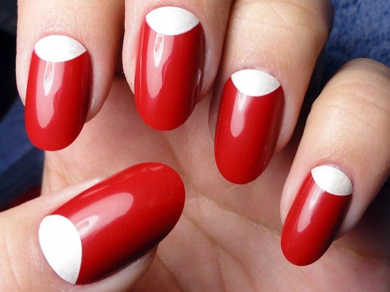 Ongebruikelijke bruiloft rode manicure met beige gaten