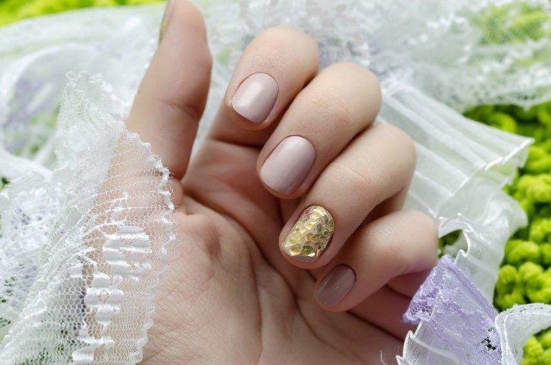 Bruiloft manicure naakt met gouden mica