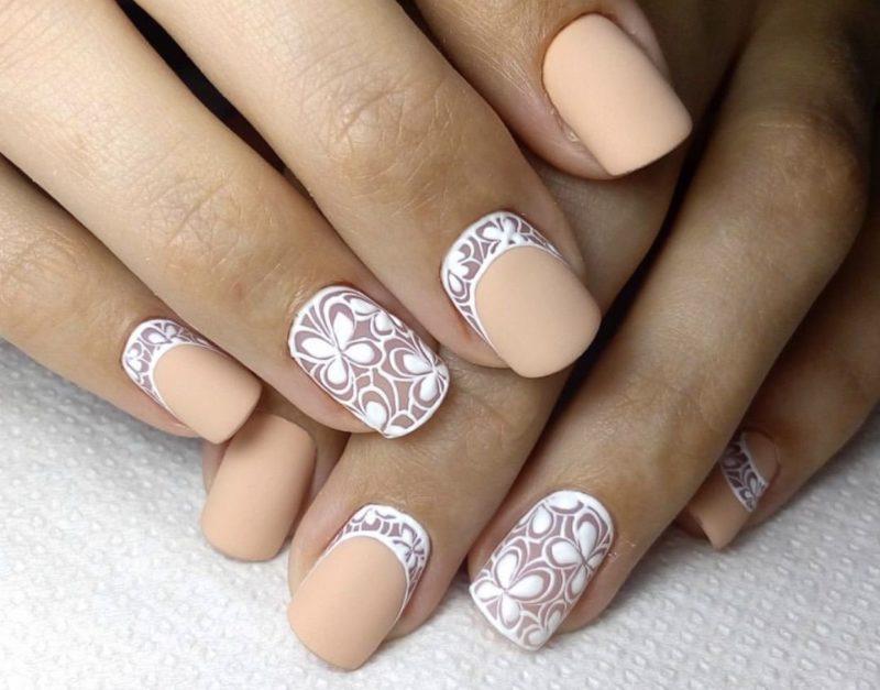 Matte naakte nagels met witte gaten en patronen
