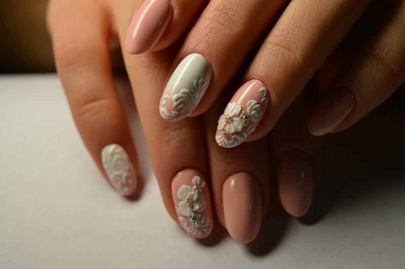 Wit-naakt manicure met bolle bloemen