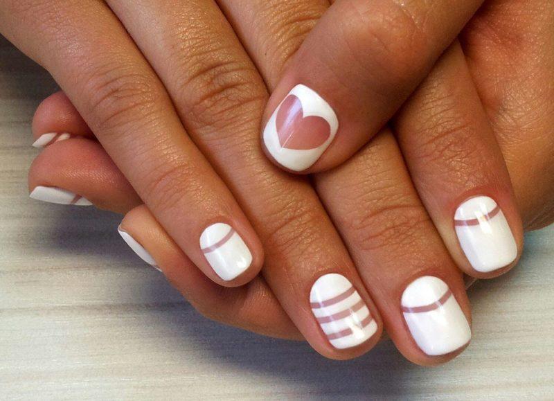 Witte manicure met geometrie en een hart