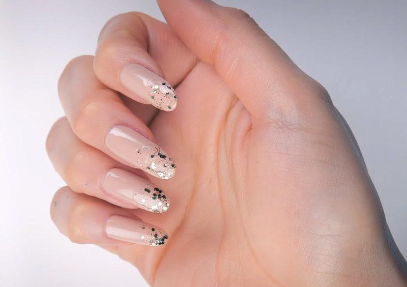 Naakte manicure met camouflage en pailletten