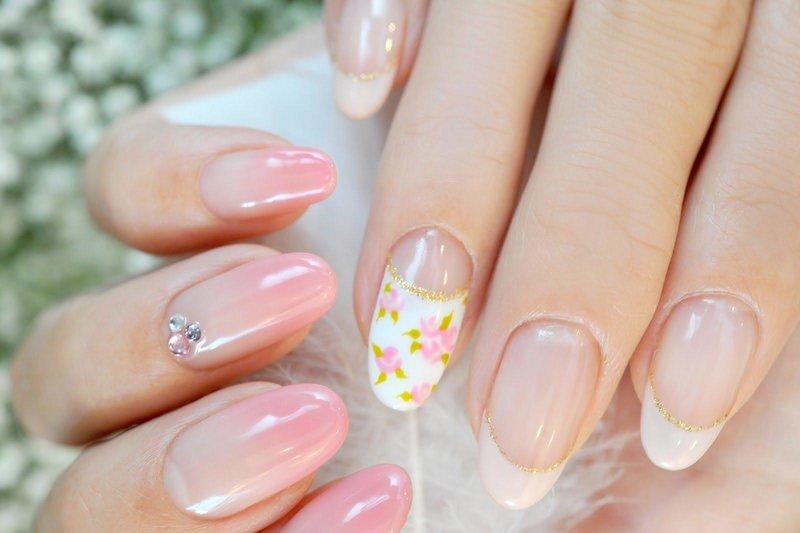 Zweedse manicure ombre met een beige jas en bloemen
