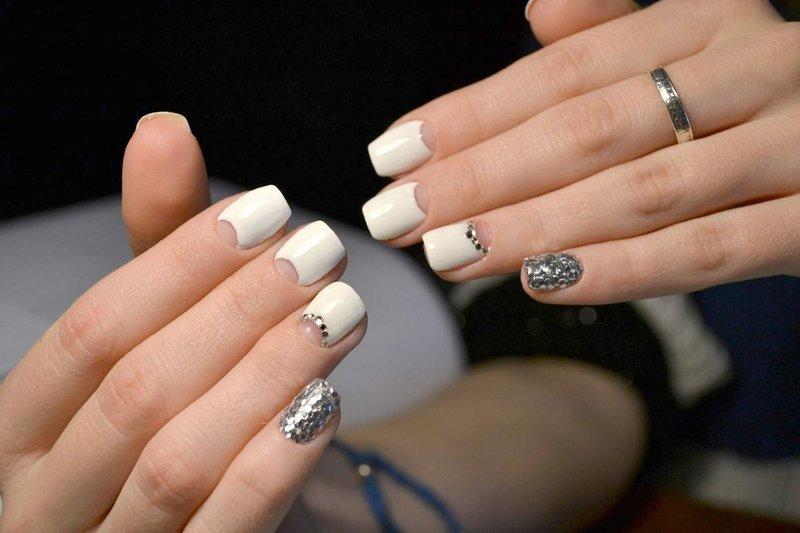 Naakte manicure met gaten en zilveren kamifibuki