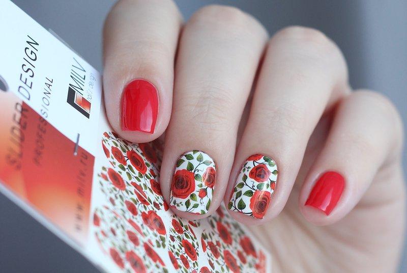 Manucure rouge avec des diapositives avec l'image de coquelicots