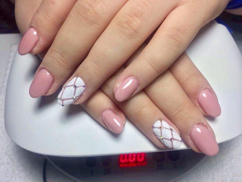 Lichtroze manicure met wit poeder