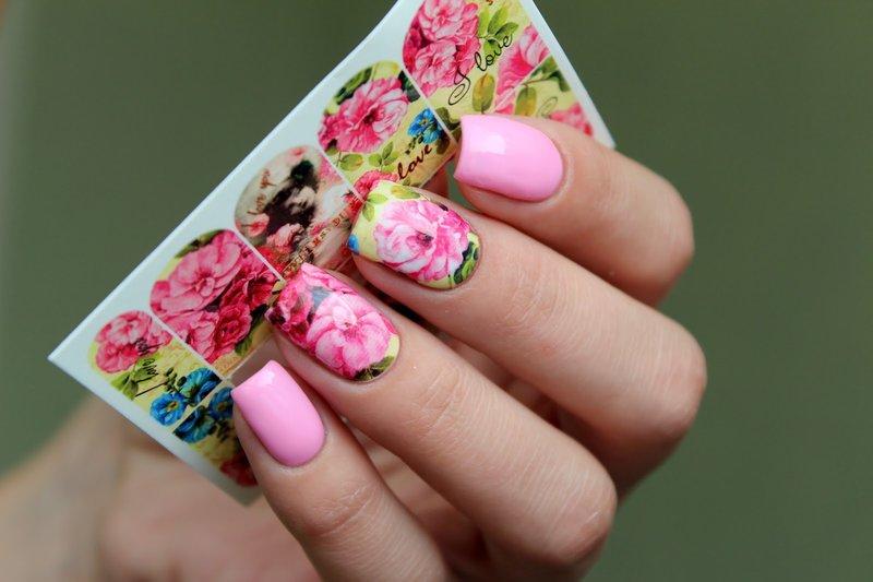 Design rose avec des lames de printemps lumineuses