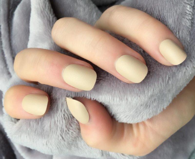 Beige matte nagels
