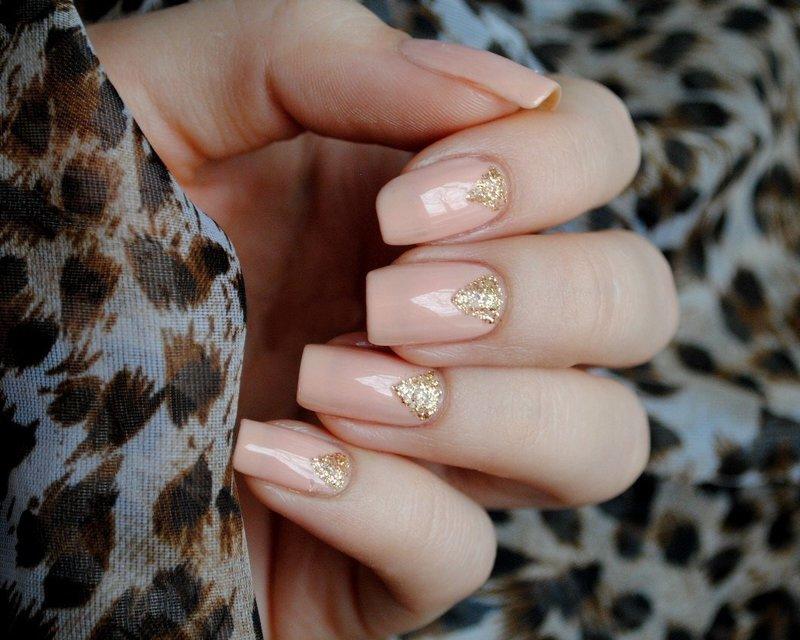 Gouden gemanicuurde driehoekige nagels
