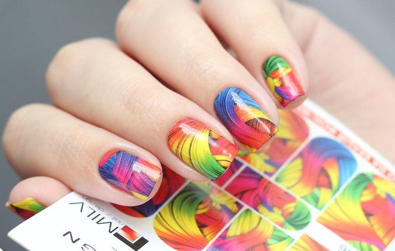 Įvairių spalvų abstrakcijos skaidrės ant nagų