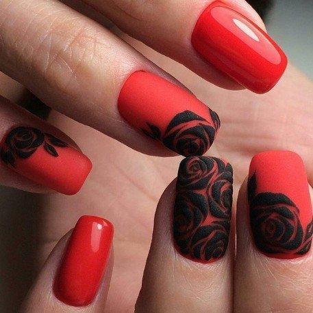Rode en zwarte manicure met kant