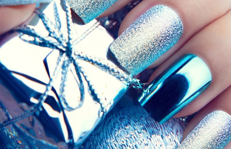 Manucure du Nouvel An avec un frottement de métal et un vernis argenté