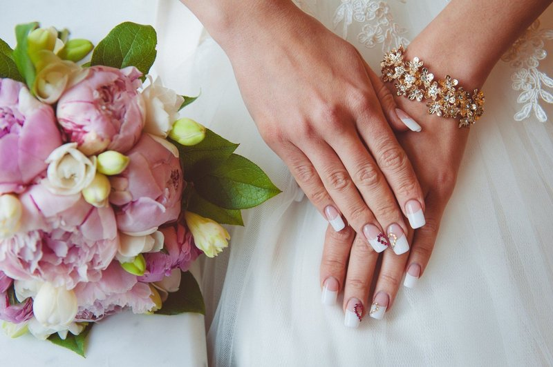 Hartvormig trouwjasje met strass steentjes