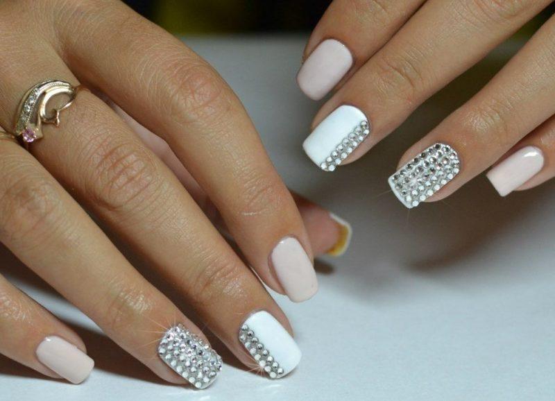 Wit-roze manicure met strass steentjes