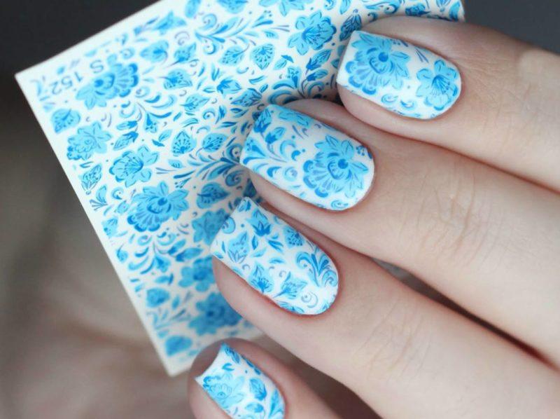 Ongles design avec des diapositives bleues sur fond blanc