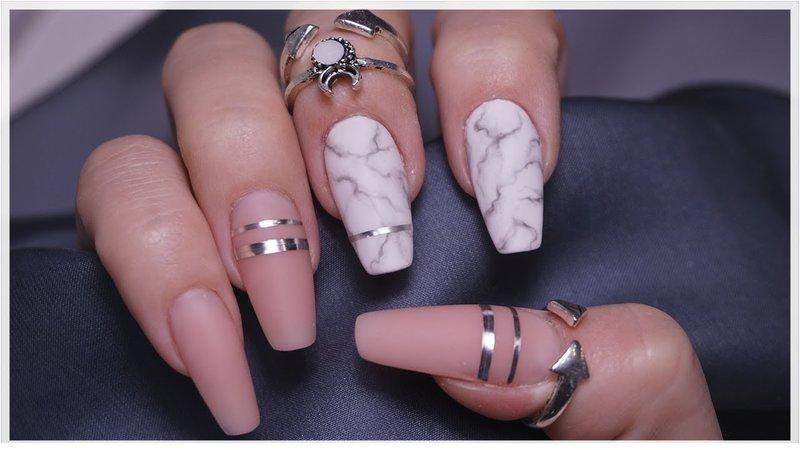 Naakt manicure en marmeren accent