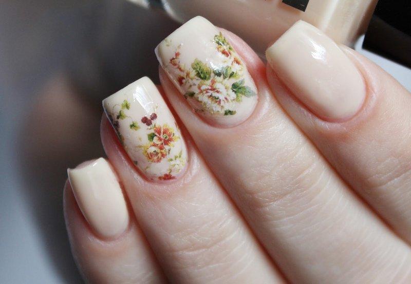 Nuogas manikiūras su gėlių skaidrėmis