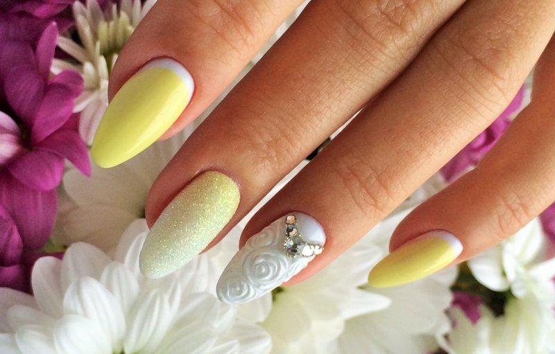 Geel-witte manicure met poeder, strass en een convex patroon