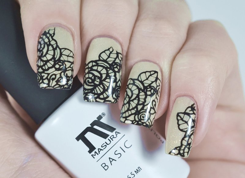 Zwarte kanten bloemen op nagels