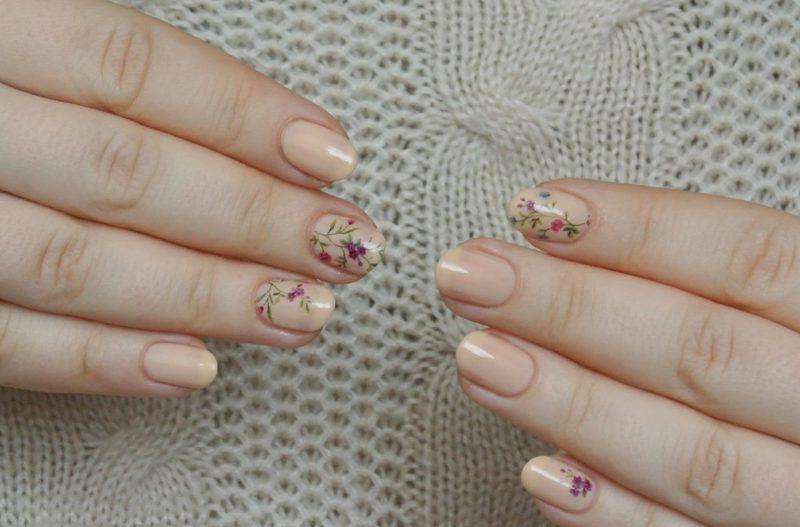 Vleeskleurige manicure met dia's