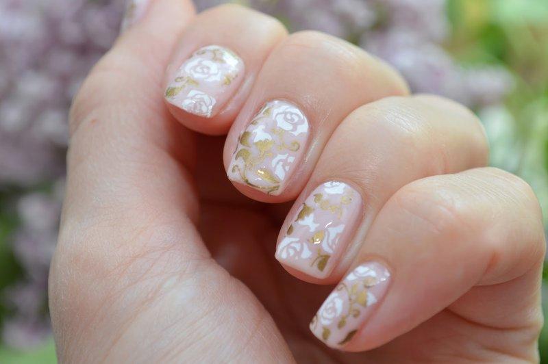 Naakte manicure met bloemendia's.