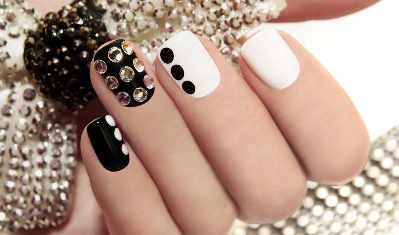 Zwart en wit manicure met strass steentjes