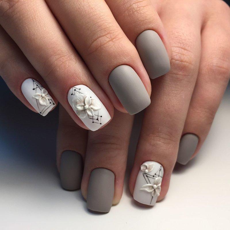 Grijze matte manicure en pixiekristallen