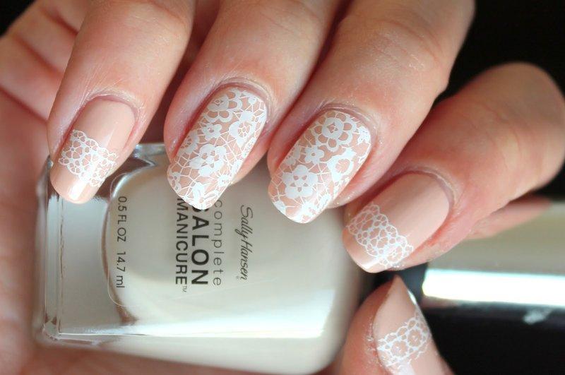 Perzik bruiloft manicure met wit kant.