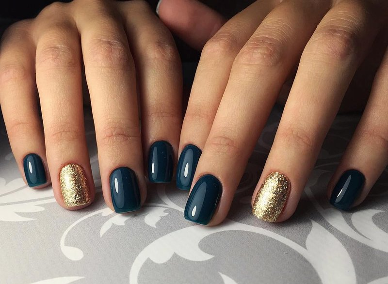 Blauwgroene kleur van gouden glitternagels