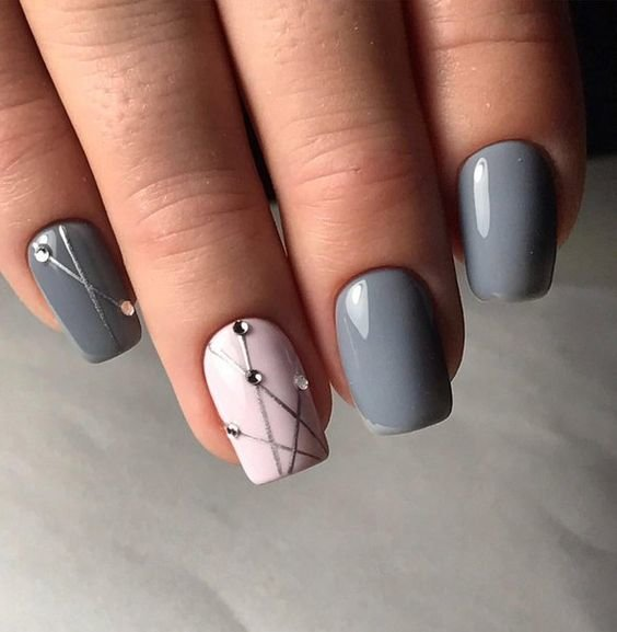 Minimalistische grijze manicure.